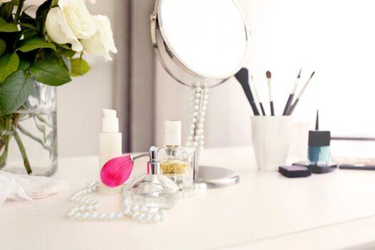 Parfume på toiletbord